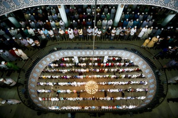 صفوف المصلين في جامع بيت المكرم في دكا