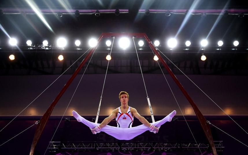 """لاعب الجمباز """"Stian Skjerahaug"""" من النرويج يؤي عرضه خلال اليوم الثاني من انطلاق دورة الألعاب الأوروبية لعام 2015 للجمباز في باكو."""