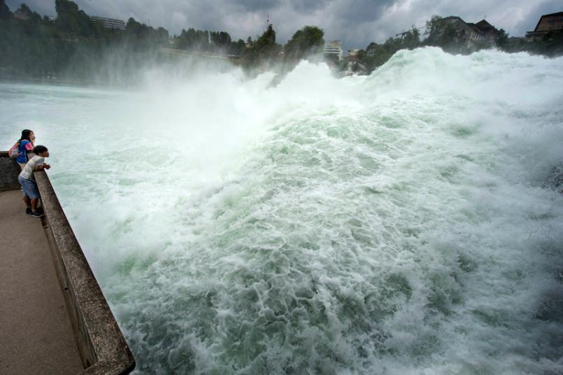 مشاهدة الناس للمياه المتجمعة من شلالات الراين في Neuhausen، سويسرا.