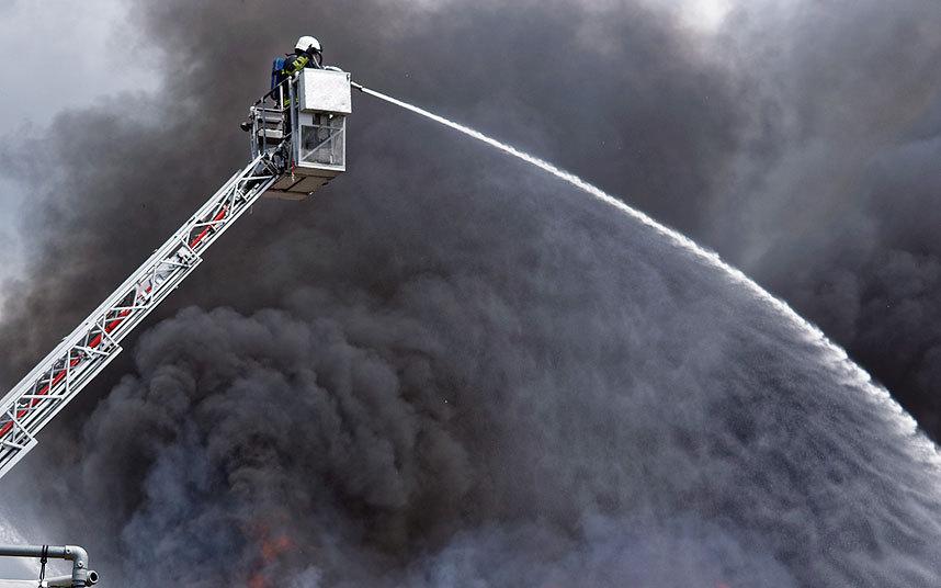 """صور حول العالم رجال الإطفاء يحاولون إخماد حريق ضخم شب في مصنع """"لوتس"""""""