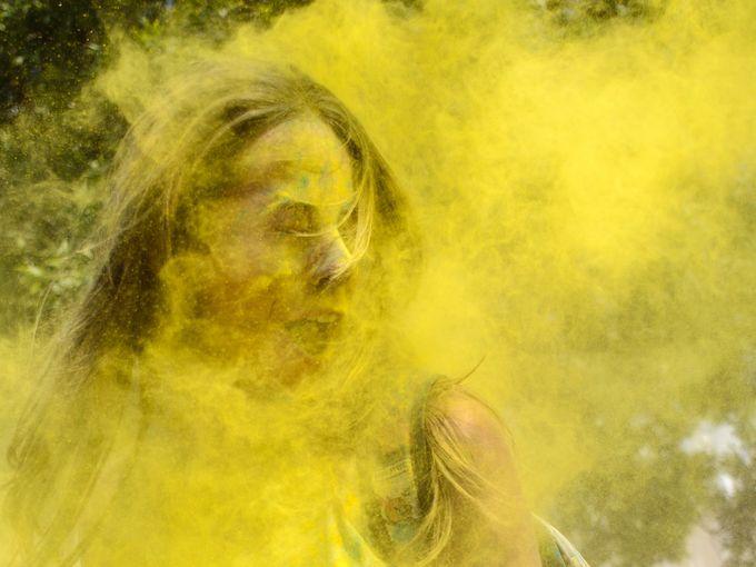 استمتاع الناس برش أنفسهم بمسحوق بالألوان في مهرجان الألوان السنوي في مينسك.