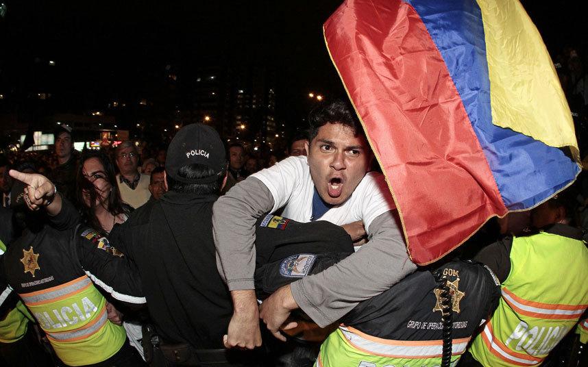 صور حول العالم قوات الشرطة تمنع متظاهر من اختراق خط الشرطة