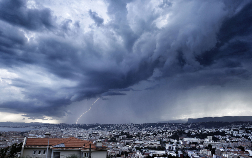 عاصفة قوية تقترب من مدينة الريفيرا الفرنسية في نيس جنوب شرق فرنسا.