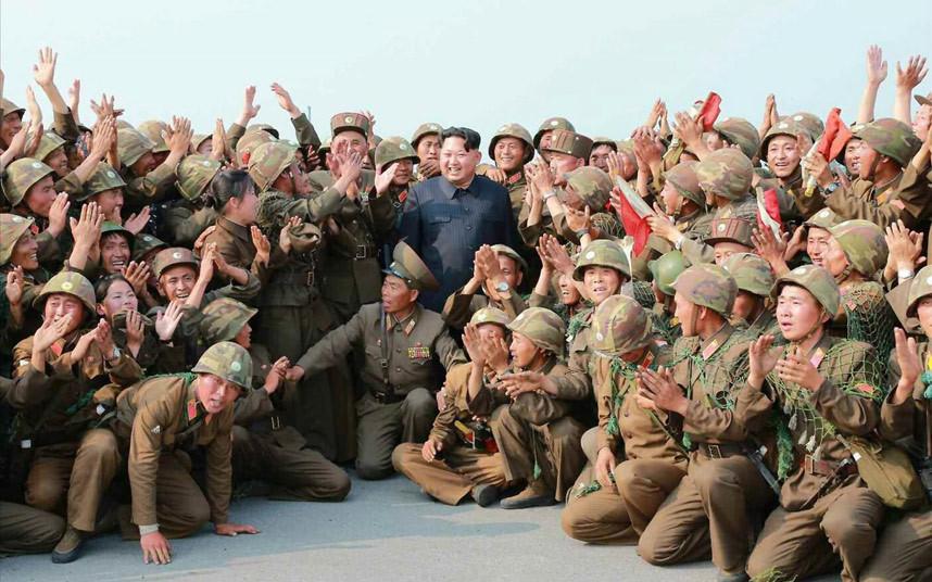 الزعيم الكوري الشمالي كيم جونغ أون أثناء تصويره مع جنود بمناسبة تجربة ناجحة لإطلاق صاروخ مضاد للطائرات