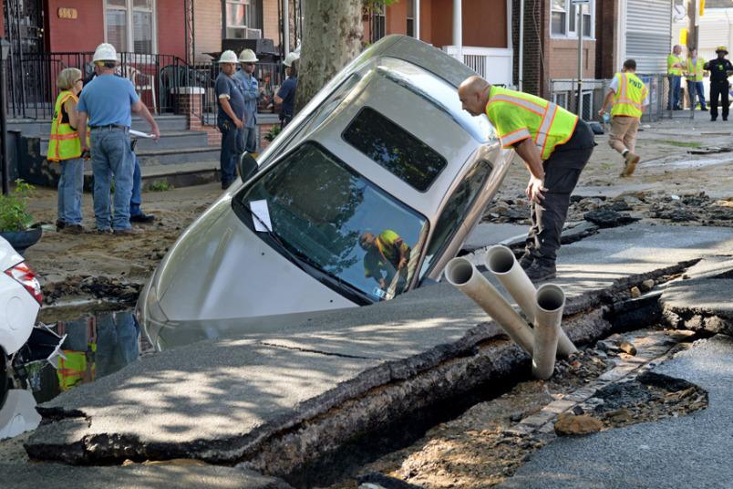انفجار خط مياه رئيسي في أحد شوارع فيلاديلفيا