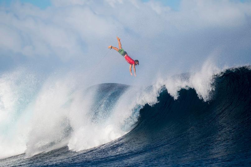 جوليان ويلسون من كولوم، أستراليا، يطير في الهواء بعد الانسحاب من موجة ضخمة في اللحظة الأخيرة