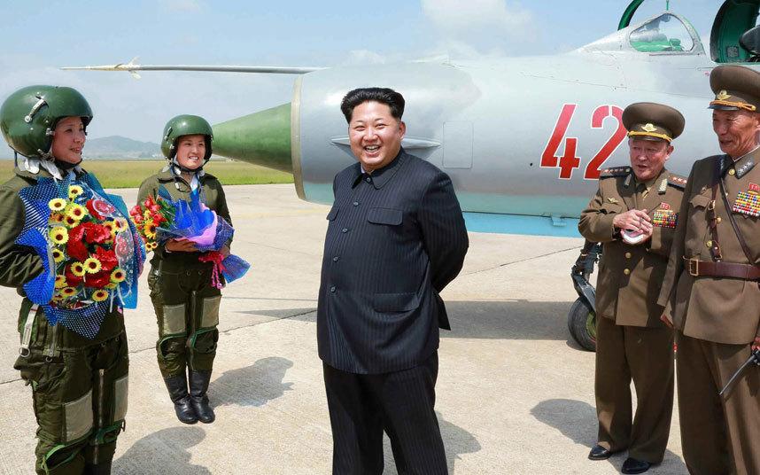 الزعيم الكوري الشمالي كيم جونغ أون يجتمع مع اثنتين من طياري المقاتلات الأسرع من الصوت