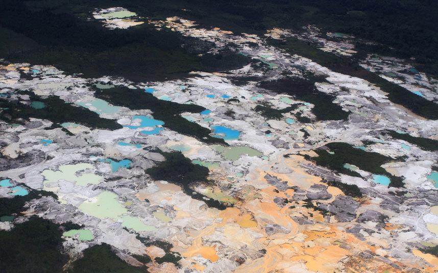 صور حول العالم علامات لأنشطة التعدين الغير شرعية على طول حافة نهر Kapuas