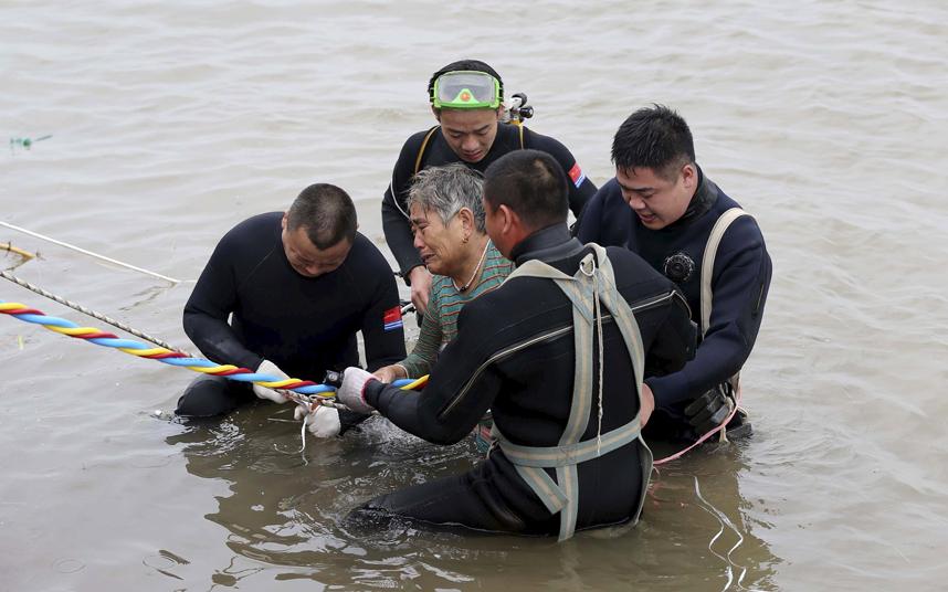 صور منوعة مجموعة من الغواصين يساعدون امرأة ناجية من غرق سفينة في جيانلي تبلغ من العمر 65 عاما،