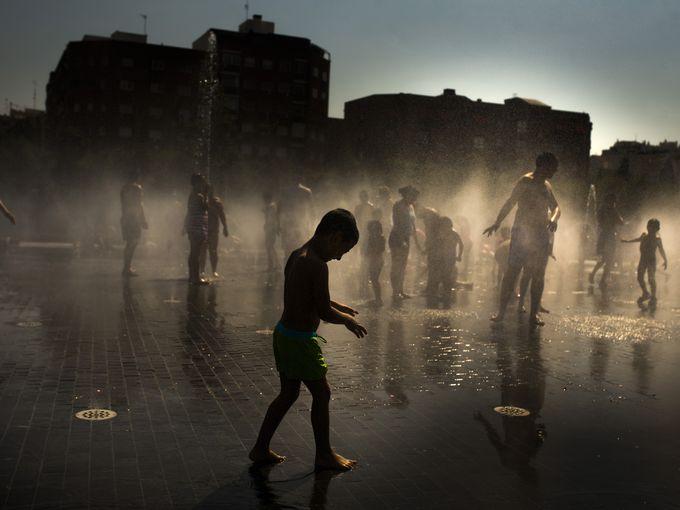 أطفال يلعبون وسط نافورة بجانب نهر مانزاناريس