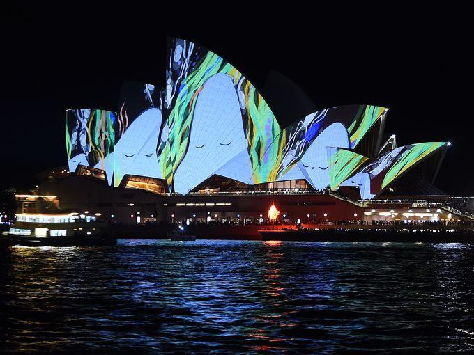 """دار الأوبرا الشهيرة في سيدني تضيء خلال عرض ضوئي يُسمى """"Vivid Sydney"""""""