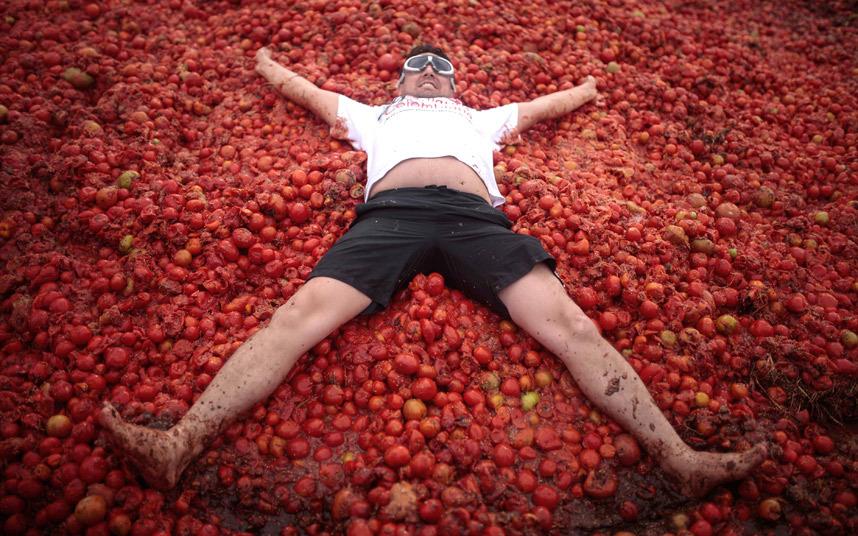رجل يشارك في مهرجان الطماطم السنوي في Sutamarchan.