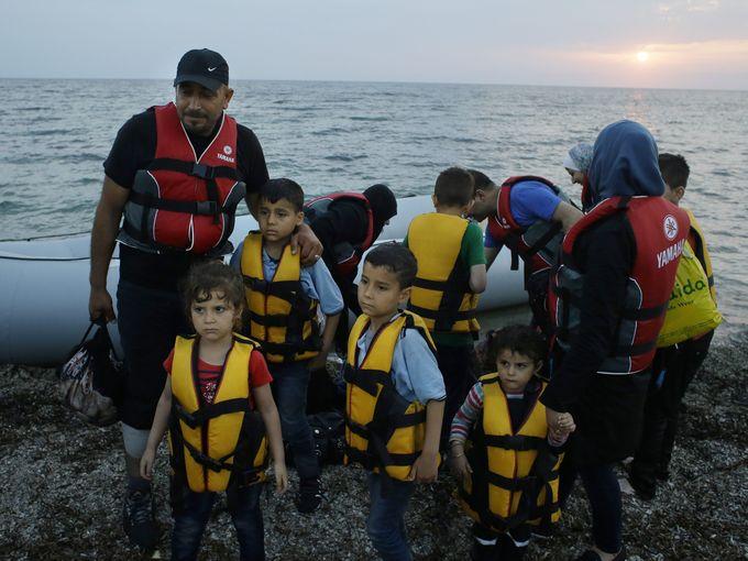 مهاجرون سوريون يصلون إلى ساحل جزيرة ليسبوس اليونانية