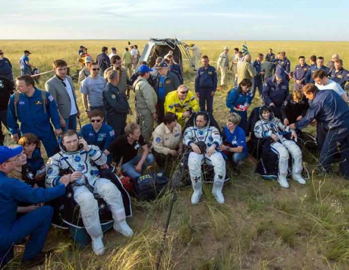 هبوط ثلاثة من رواد الفضاء بسلام على الأرض في سهوب كازاخستان بعد قضاء مهمة لمدة 199 يوم على متن محطة الفضاء الدولية.