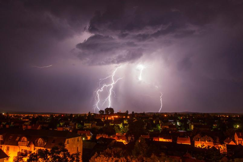 صورة ملتقطة لعاصفة برقية تضرب مدينة ناجيكانيزسا على بعد 200 كلم غرب بودابست.