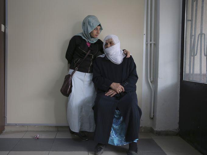 سيدتان تنتظران السماح لهما بالإدلاء بأصواتهما في انتخابات البرلمان الوطني في أسطنبول