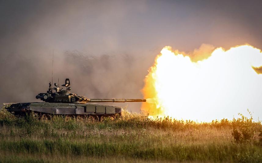 """دبابة روسية من طراز T-72B3 تطلق قذيفة نارية خلال العرض العسكري التقني """"ARMY-2015"""" في كوبينكا."""
