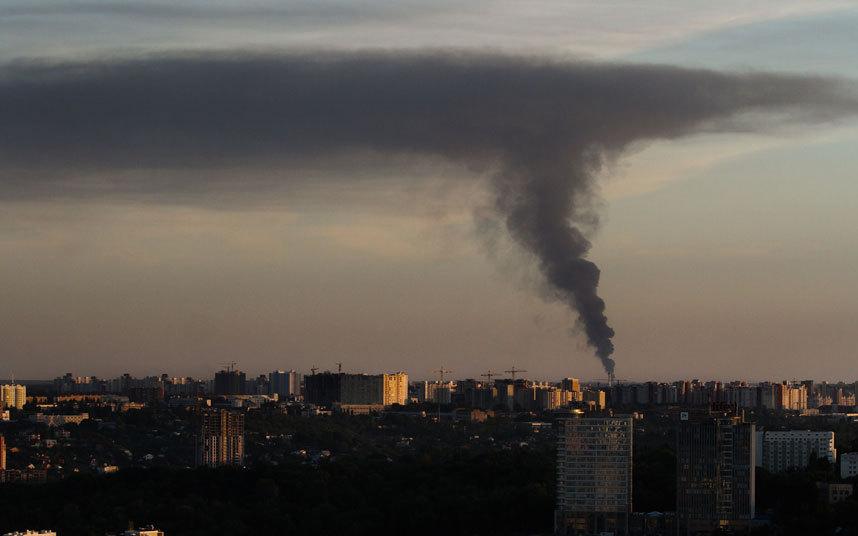 سحابة سوداء ضخمة فوق مدينة كييف في أوكرانيا منبعثة من محطة تخزين للوقود.