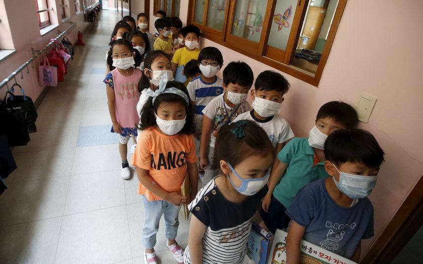 طلاب مدرسة ابتدائية يرتدون أقنعة للوقاية من الإصابة بعدوى فيروس MERS المتفشية في سيول.