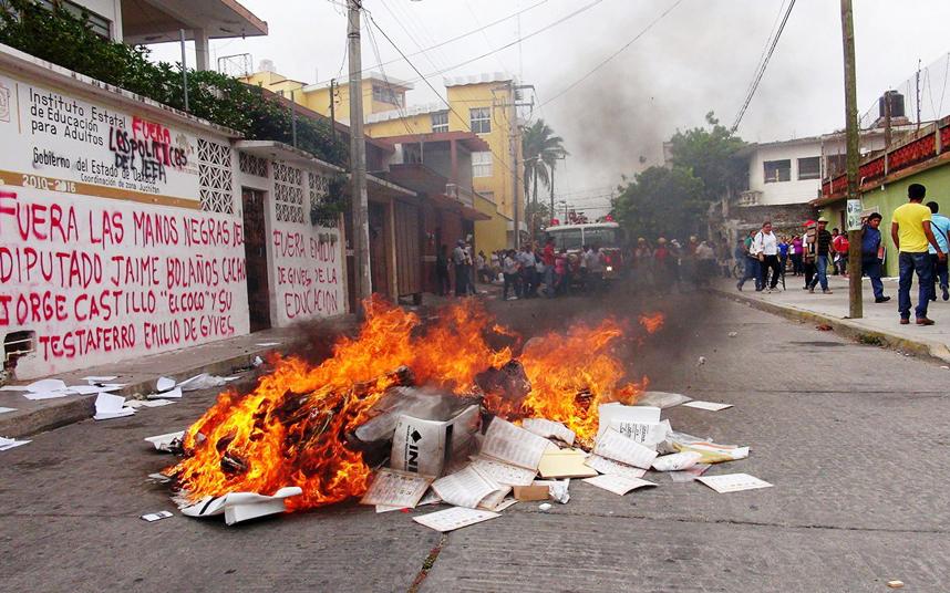 """حرق مجموعة من الأوراق الانتخابية خارج المعهد الوطني للانتخابات """"المعهد الوطني للإحصاء"""" في ولاية أوكساكا بالمكسيك"""