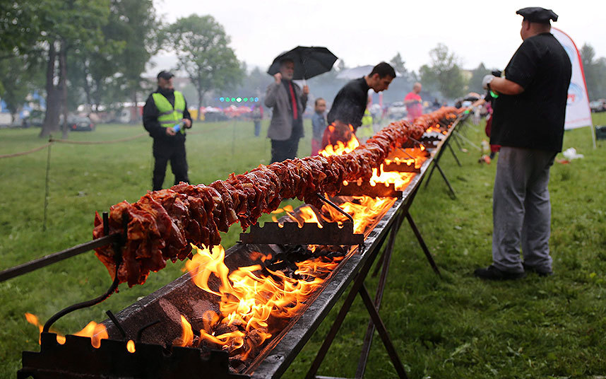 مجموعة من الطهاة يحققون رقما قياسيا بطهي أكبر كمية من اللحم