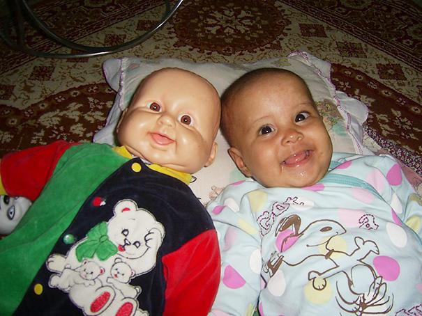 أطفال ودمى