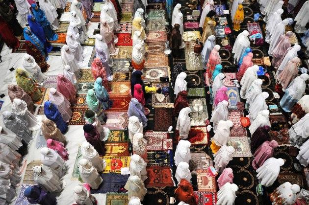 نساء يصلين التراويح