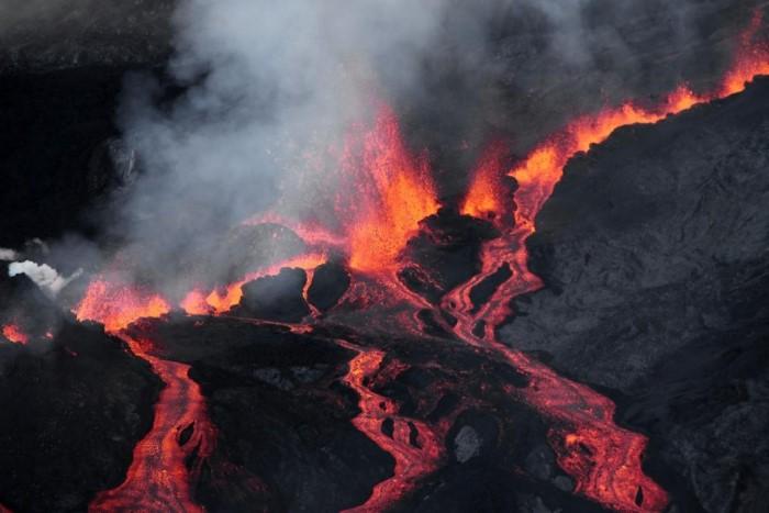 بركان بيتون دي لا فورنايسي، في جزيرة ريونيون في المحيط الهندي
