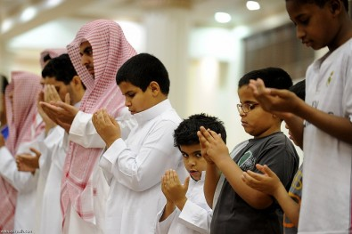 أطفال السعودية يصلون التراويح