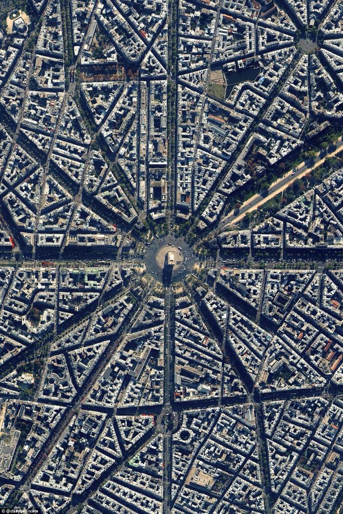 بناء قوس النصر في باريس، فرنسا