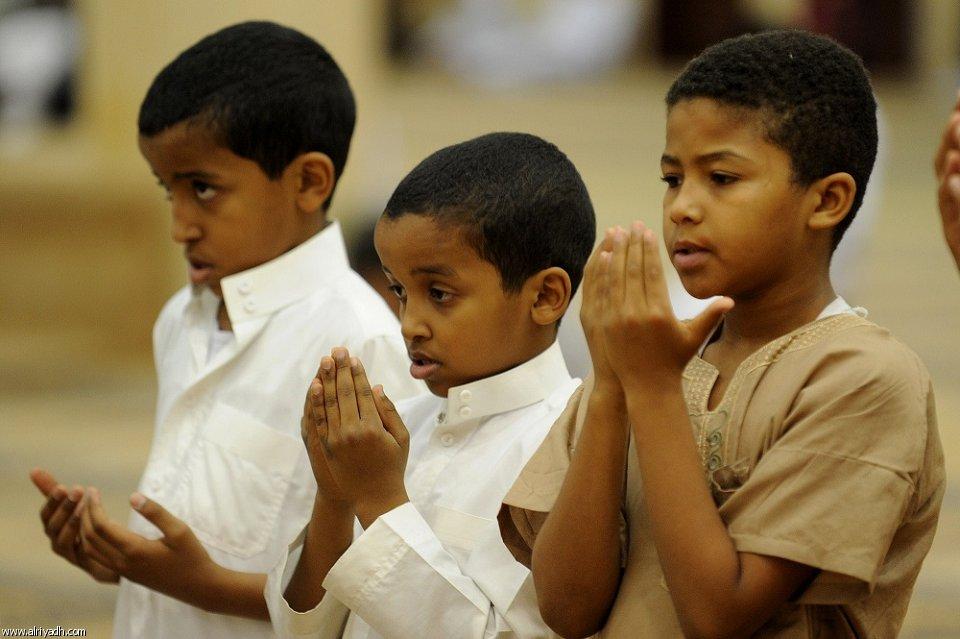 أطفال يصلون التراويح