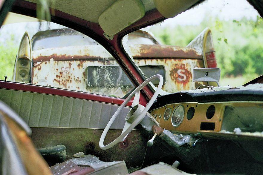 سيارات قديمة مدمرة