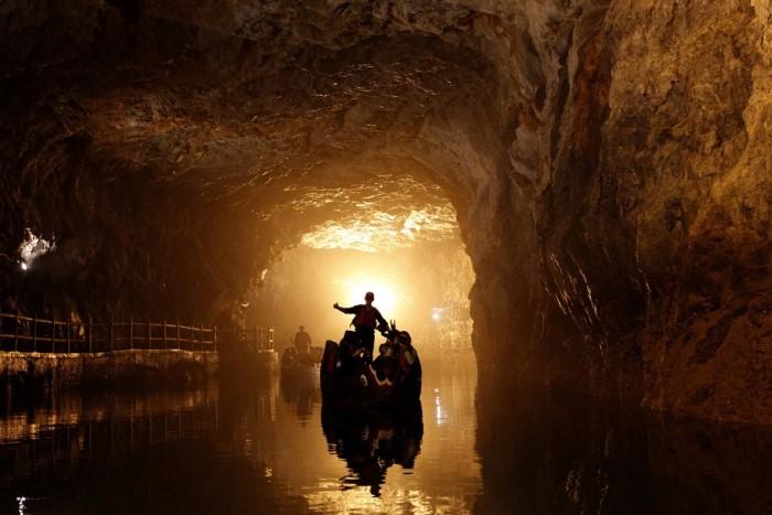 """السياح يطوفون في مياه نفق جزر """"بيهاي ماتسو"""" في شمال تايوان"""