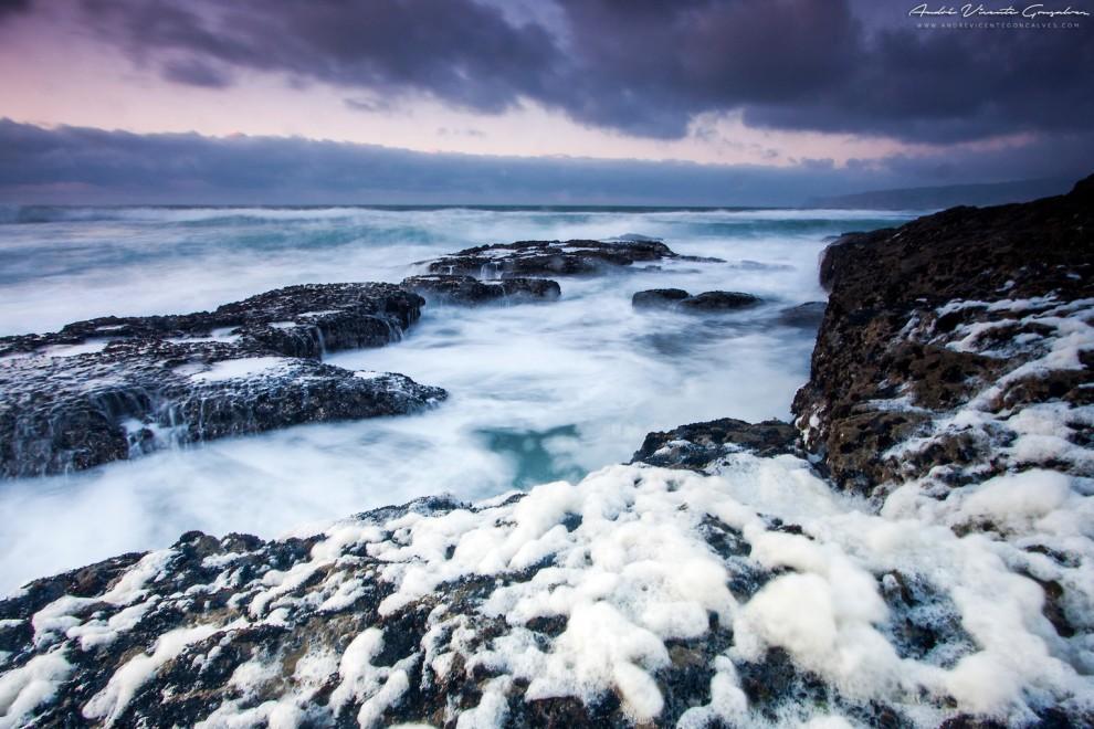 الأمواج والصخور