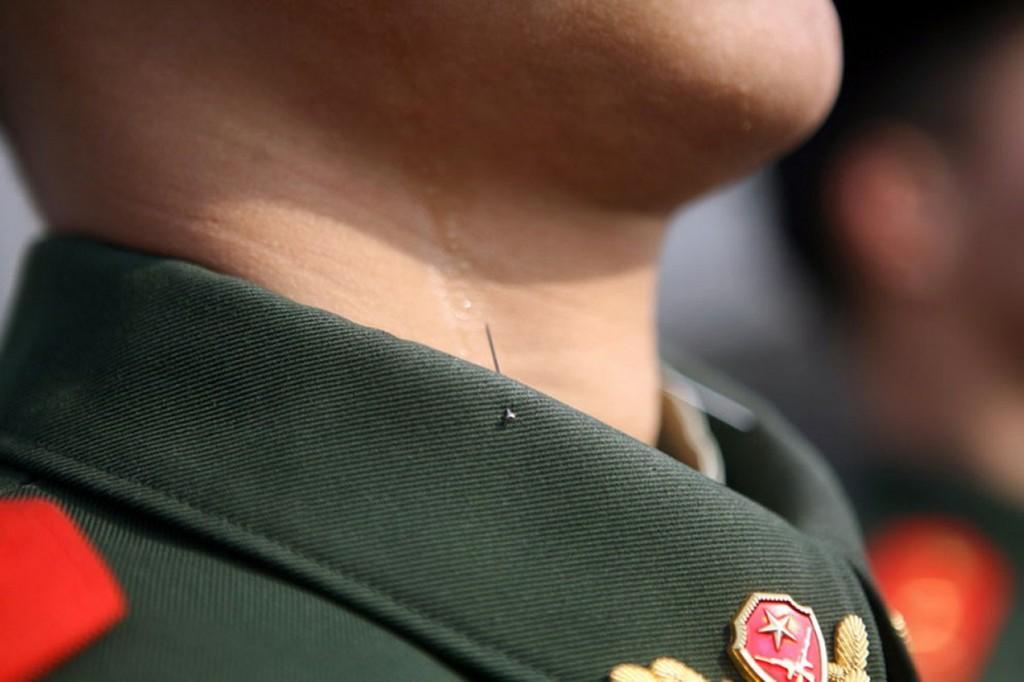 الطريقة يحافظ  الجنود الصينين على رأسهم مرفوع أثناء العروض العسكرية