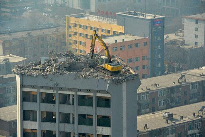 رافعة فوق سطح المبنى