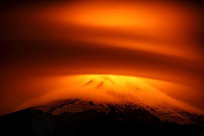 أعظم البراكين التي ضربت العالم في ال6 أشهر الماضية بركان بالقرب من مدينة بوكون، شيلي، 18 مايو.