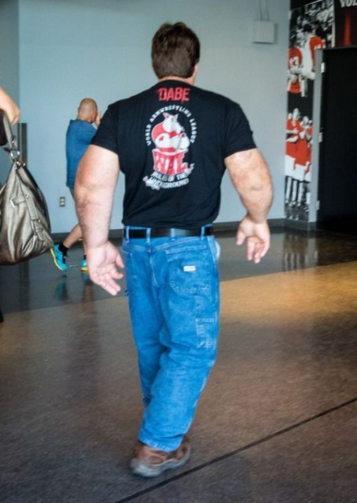 رجل يمتلك أضخم ذراعين في العالم