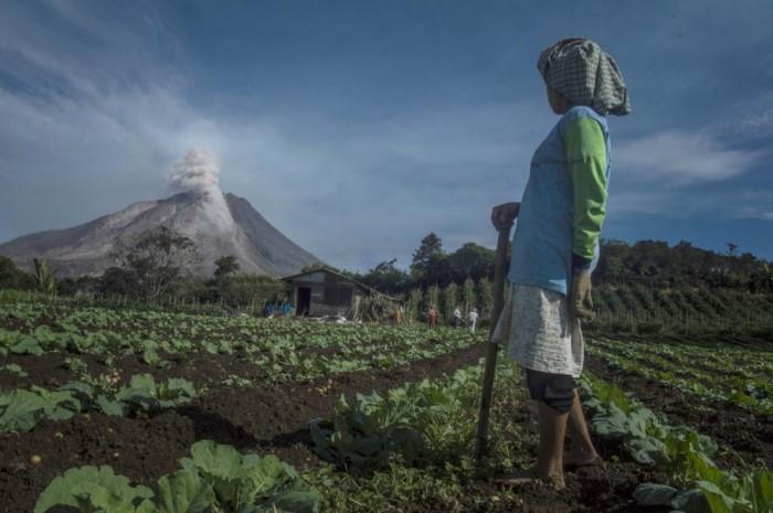 أعظم البراكين التي ضربت العالم في ال6 أشهر الماضية  اندلاع بركان سينابونغ في منطقة كارو، اندونيسيا،