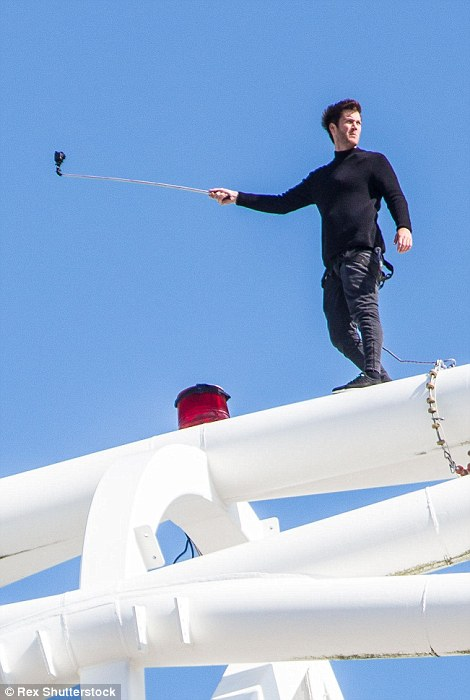 متهور يتسلق قمة قوس ملعب ويمبلي