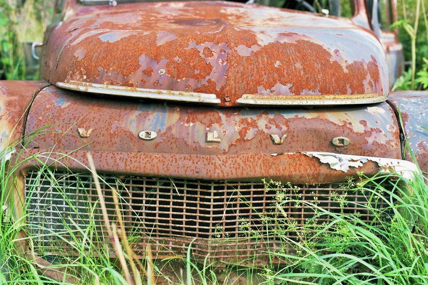 سيارات قديمة محطمة