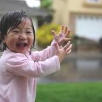 طفلة ترى المطر لأول مرة (فيديو)
