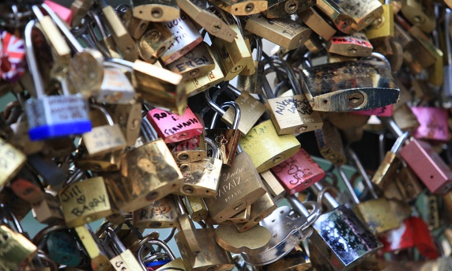paris-removing-all-love-locks