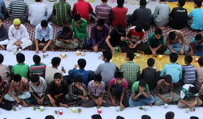 صور حول العالم: إفطار الأيتام بكشمير والمزيد