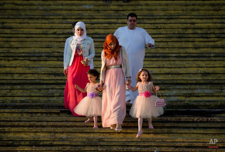عائلة مسلمة تصل إلى ملعب دينامو في بوخارست لأداء صلاة العيد