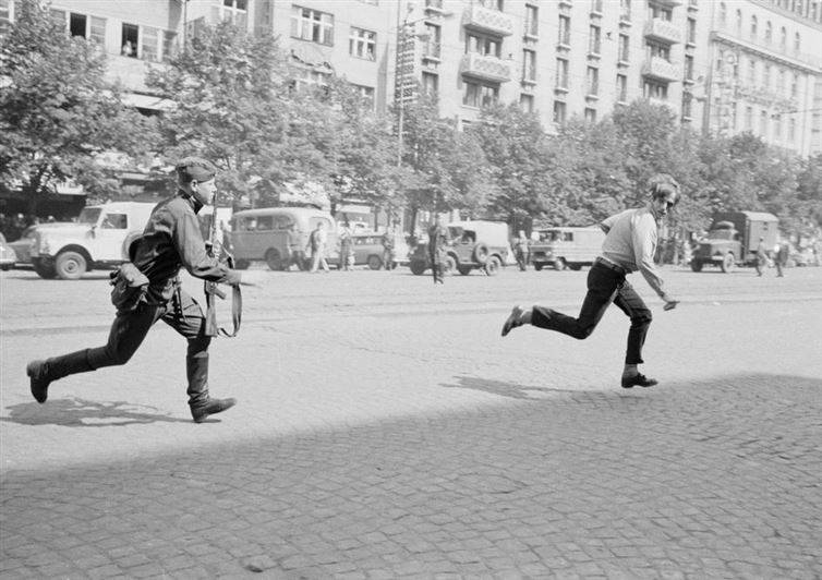 جندي يطارد رجل قذف حجر على دبابة