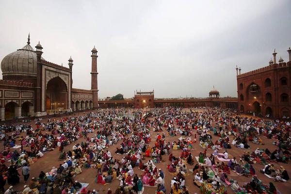 صور منوعة إفطار جماعي في ساحة مسجد دلهي