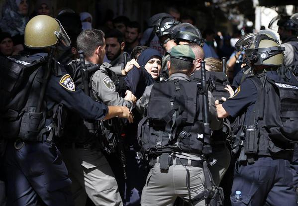 سيدة فلسطينية مرابطة بالمسجد الأقصى تواجه قوات الاحتلال الصهونية صور منوعة