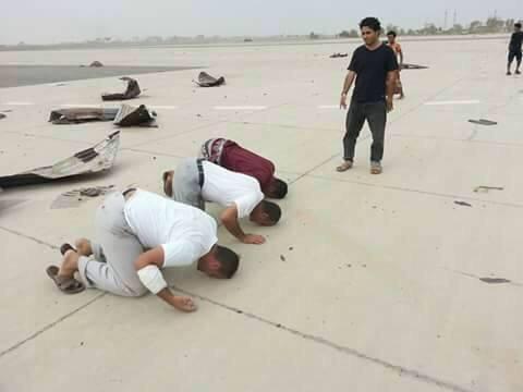 اليمنيون يسجدون شكراً لله بعد تحرير عدن