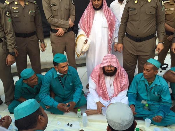 الشيخ السديس يشارك عمالة الحرم المكي إفطارهم.